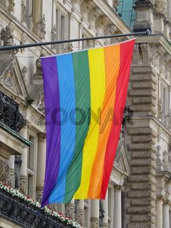 Hamburger Rathaus mit Regenbogenflagge