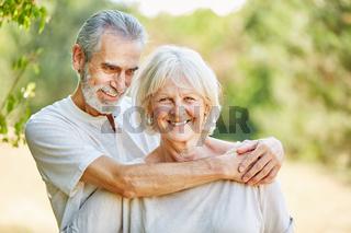 Verliebtes Paar Senioren umarmt sich glücklich