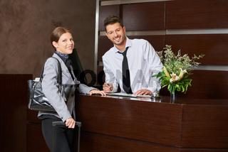Mann und Frau als Gast beim Check-In