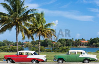 Amerikanische Oldtimer parken in Varadero Kuba