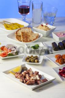 griechische Vorspeisen mit Wein