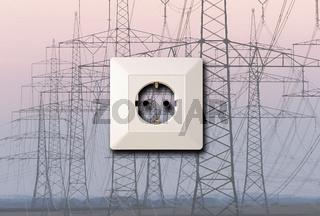 Strommasten und Stromleitungen mit aufgesetzten Steckdose