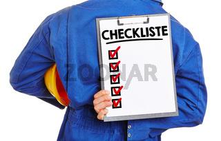 Arbeiter hält Checkliste
