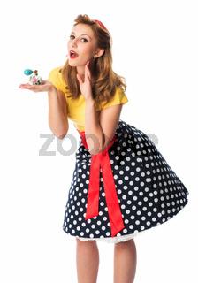 pin up girl hält einen parfümzerstäuber