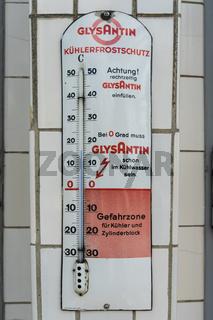 Thermometer in einer alten Gasolin Tankstellle