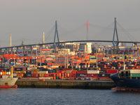 Containerhafen und Köhlbrandbrücke in Hamburg