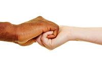 Zwei Hände halten sich fest als Zeichen für Partnerschaft