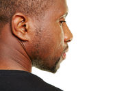 Afrikanischer Mann schaut nachdenklich