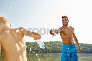 Vater und Sohn spritzen mit Wasser