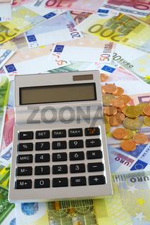Taschenrechner mit Textfeld auf Euro Gelscheinen