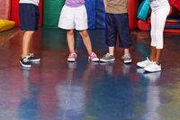Beine mit Schuhen von Kindern