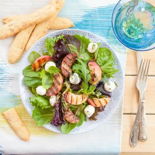 Frischer Salat mit gegrillten Pfirsichen