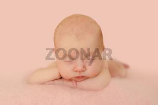 Baby schläft mit verschränkten Armen Nahaufnahme