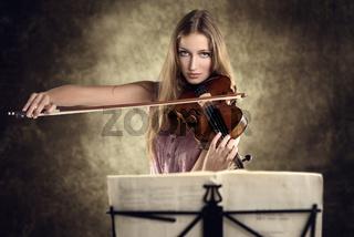 Attraktive junge Frau spielt Geige