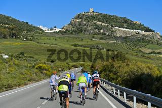 Radfahrer auf einer Landstrasse bei Zahara de la Sierra, Andalusien, Spanien
