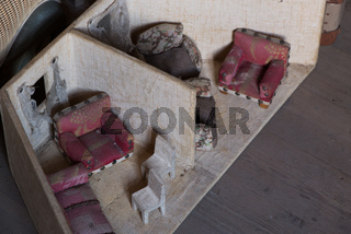 Puppenhaus auf einem Dachboden