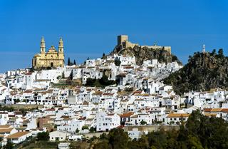 Die weisse Stadt Olvera mit der Kirche La Encarnación und einer maurischen Burgruine, Spanien
