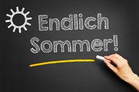 Hand schreibt Endlich Sommer!