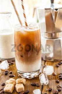Kaffee mit Milch und Eiswuerfeln