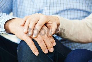 Paar Senioren beim Hände halten