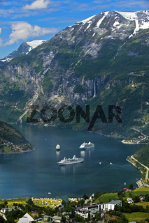 Kreuzfahrtschiffe im UNESCO-Weltnaturerbe Geirangerfjord, Geiranger, Norwegen