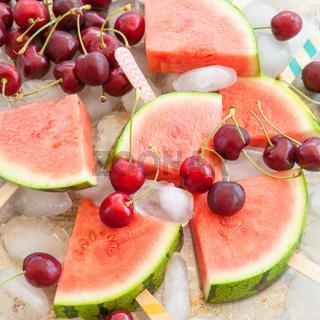 Frische Wassermelone und Kirschen