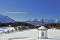 Chapel at Hergratsrieder See in winter with Allgäu Alps, at Füssen at Forggensee, Allgäu, Ostallgäu, Bavaria, Germany