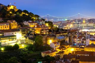 Lissabon bei Nacht mit Burg und Brücke