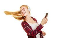 Frau beim Tanzen mit Musik über Kopfhörer