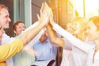 Start-Up Business Team gibt sich high Five