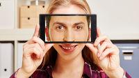 Gesicht von Mann auf Smartphone