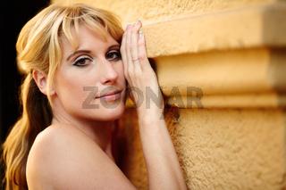 Portrait einer huebschen blonden Frau