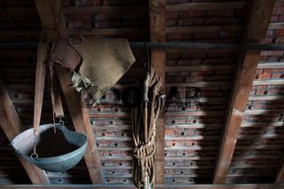 Alte Sähschüssel auf einem Dachboden