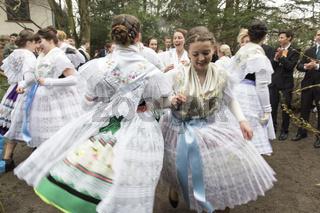 Mädchen in wendischer Tracht beim Tanz