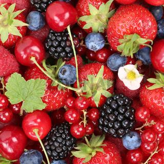 Beeren Früchte Hintergrund mit Erdbeeren, Himbeeren und Brombeeren von oben