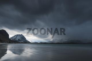 dramatische Wolkenstimmung ueber dem Atlantik, Ramberg, Lofoten, Norwegen