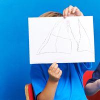 Kind zeigt Blatt Papier mit Bild