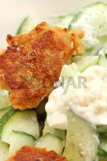 Getreideboulette mit Gurkensalat und Kren