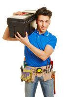 Handwerker trägt Werkzeugkiste