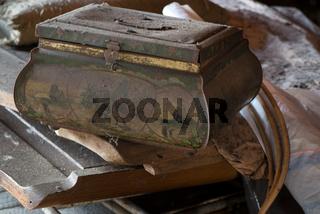 Alte Blechdose auf einem Dachboden