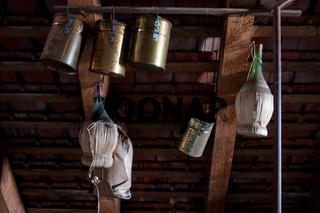 Chianti Flaschen auf einem Dachboden