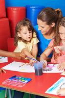 Kinder malen Bilder im Hort mit Wasserfarben
