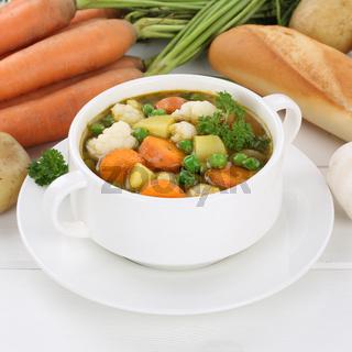 Gemüsesuppe Gemüse Suppe in Suppentasse mit Kartoffeln, Karotten gesunde Ernährung