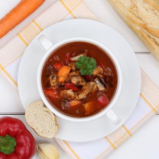 Gulasch Suppe Gulaschsuppe mit Fleisch und Paprika von oben gesunde Ernährung