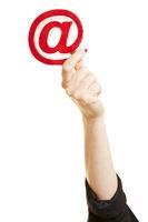 Hand hält at-Zeichen als Symbol für Email