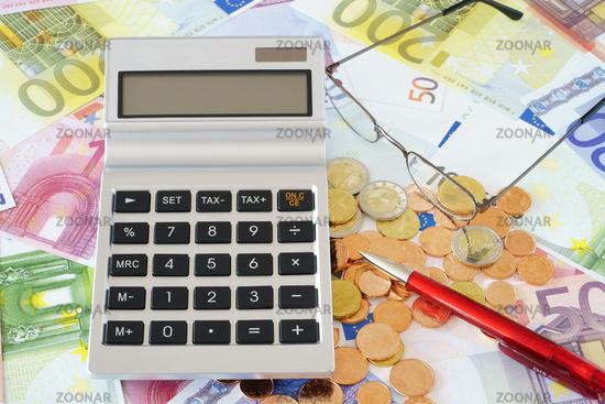 Taschenrechner mit Textfreiraum im Display auf Geldscheinen