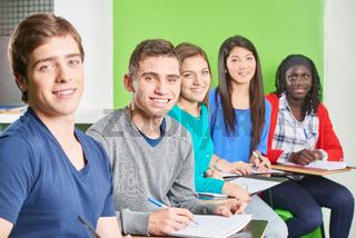 Multikulturelle Gruppe Schüler lächelt
