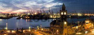 Landungsbrücken und Hafen von Hamburg, Deutschland, bei Nacht