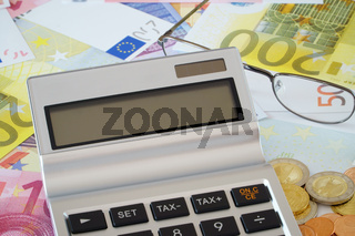Leeres Display vom Taschenrechner auf Euro Geldscheinen