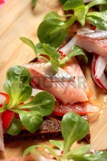 Heringshappen, Matjes auf Pumpernickel mit Salat, Brotzeit